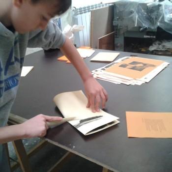Utilisation d'un plioir pour le façonnage d'un livre